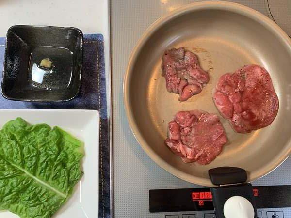 つけダレ・チシャ菜・焼いている途中の肉