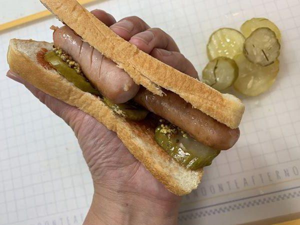 ウインナーと共に食パンに挟んだ業務スーパーのピクルス