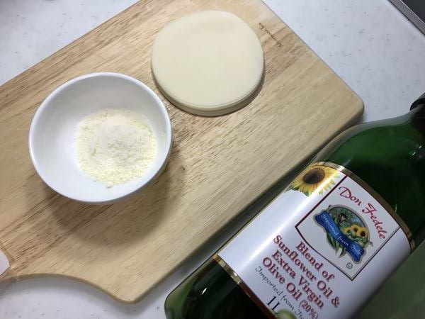 業務スーパー粉チーズ・餃子の皮・オリーブオイル