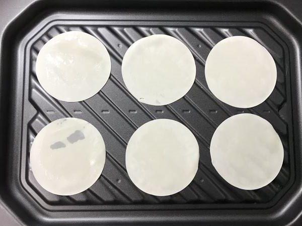 オーブンバットに並べた餃子の皮