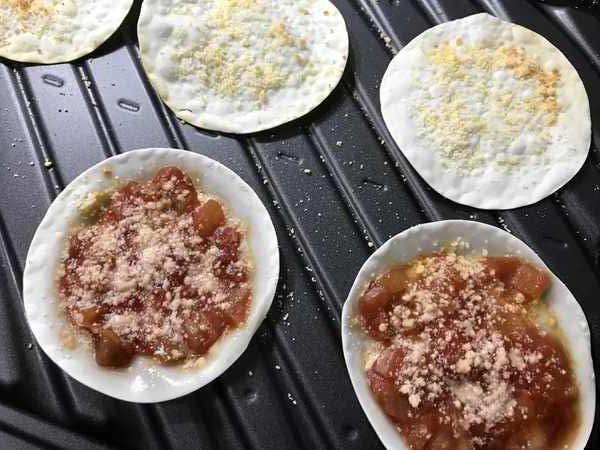 オーブンバット状のサルサソースと業務スーパー粉チーズ付き餃子の皮