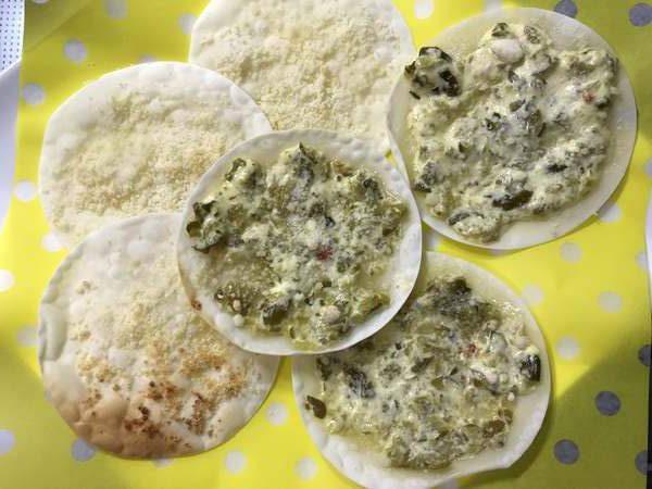 完成した餃子の皮と業務スーパー粉チーズを使ったおつまみ