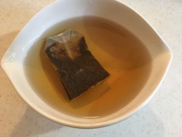 紅茶ティーバッグを蒸らしているところ