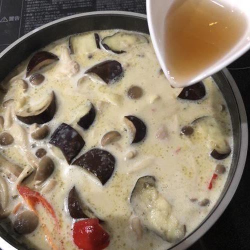 クリーンカレーの材料を煮ている鍋にナンプラーを加える様子