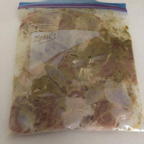 ジッパー付き袋に入れて寝かせたタンドリーチキンの材料