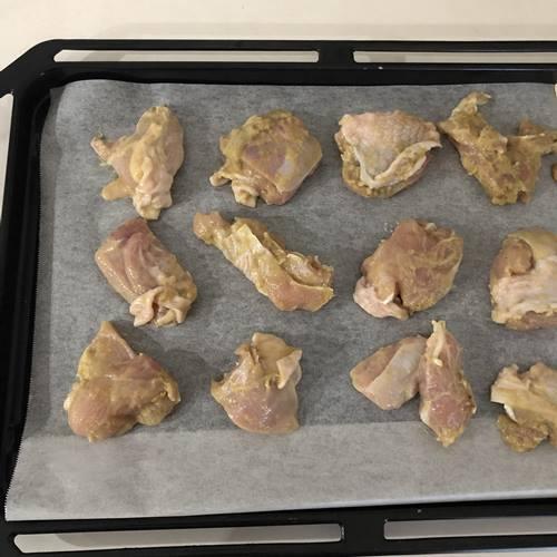 天板に並べた鶏肉