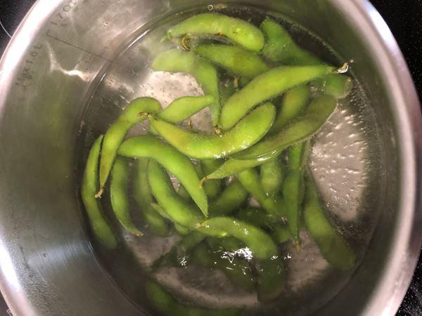 茹でている最中の業務スーパーの枝豆