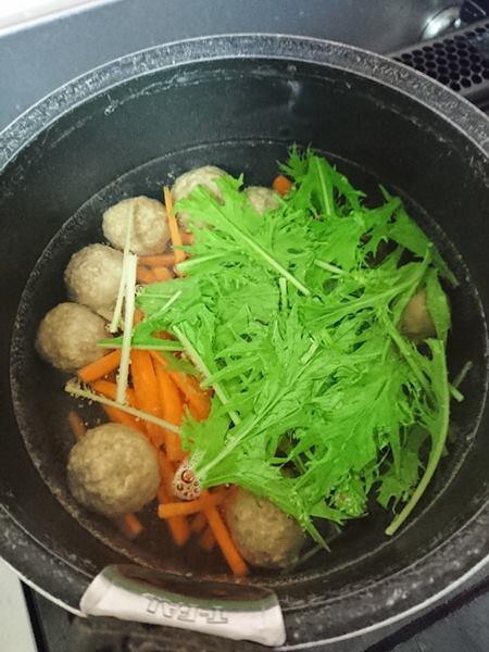 野菜類と業務スーパーの肉団子を煮込んでいる様子
