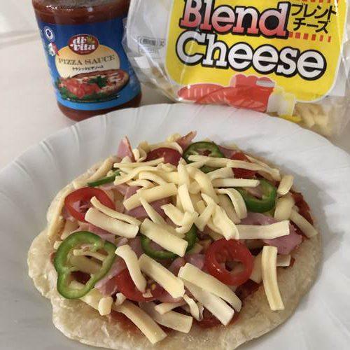 業務スーパーのピザソース・チーズ・具材をのせたパラタ