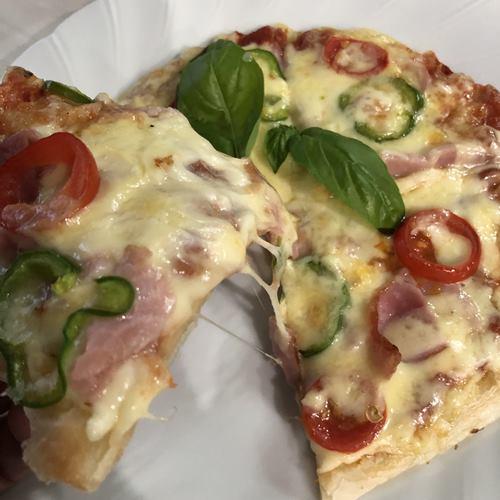 業務スーパーのパラタで作ったミックスピザ