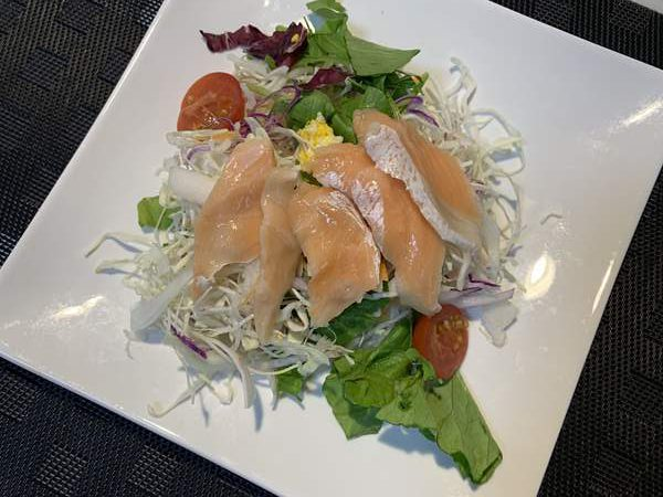 業務スーパーのサーモンを使ったサラダ