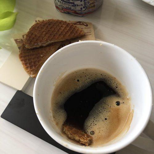コーヒーの中に落ちた業務スーパーのストロープワッフル