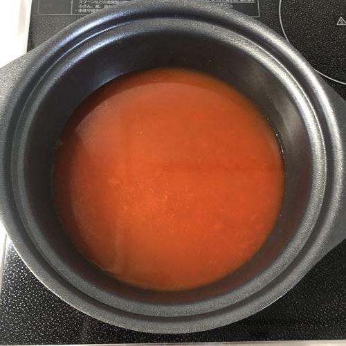 鍋に入れた水と業務スーパーの海鮮味スンドゥブチゲの素
