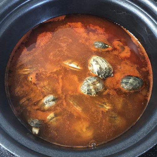 水と業務スーパーの海鮮味スンドゥブチゲの素を入れた鍋にアサリを加えたところ
