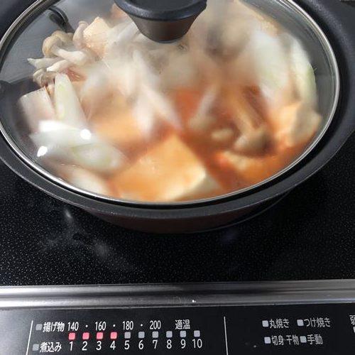 煮込んでいる最中の海鮮スンドゥブチゲ