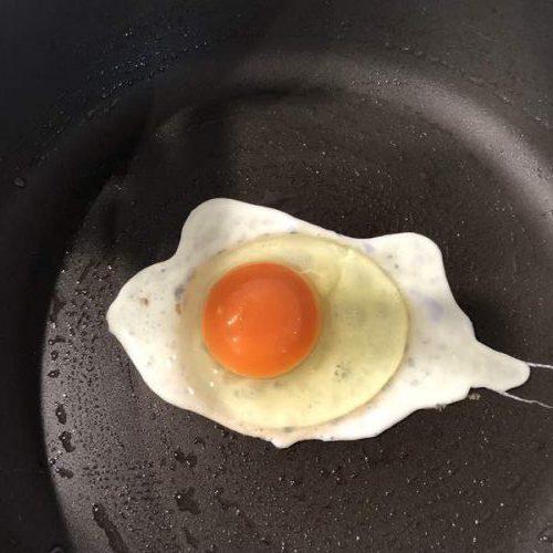 フライパンに割り入れた卵