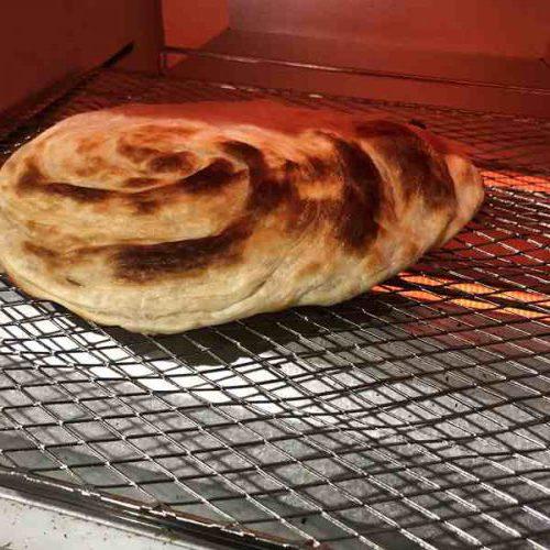オーブントースターの中でこんがり焼けている業務スーパーの葱抓餅業務スーパーの