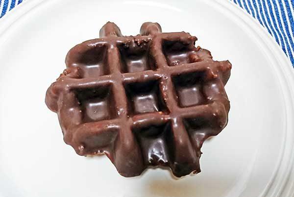 お皿にのせた業務スーパーのベルギーワッフルチョコレート