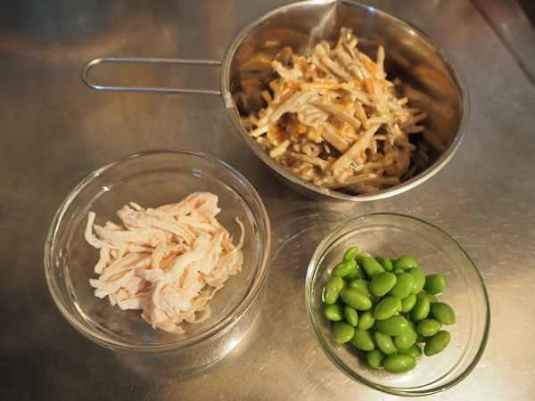 ほぐしチキン・枝豆・業務スーパーのごぼうサラダ