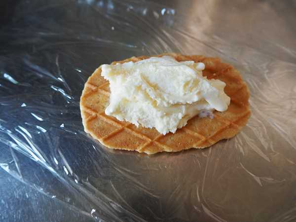 アイスをのせた業務スーパーのバターワッフル