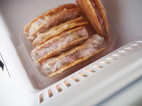 冷凍庫で冷やし固め中のバターワッフルアイスサンド