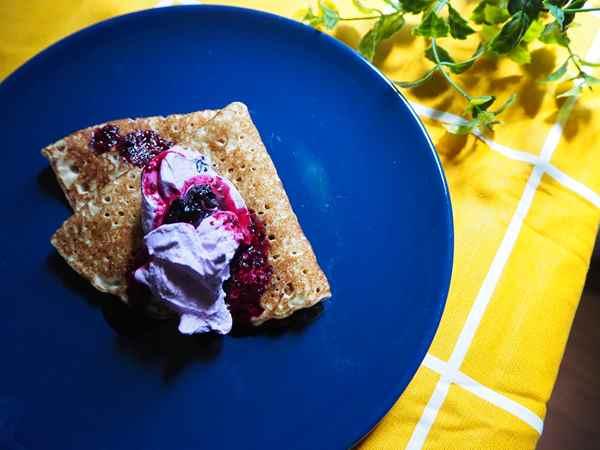 ブルーベリーホイップクリームと共にお皿に盛りつけた業務スーパーのクレープ生地