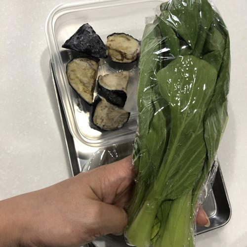 ラップに包んだ青梗菜