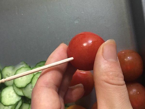 楊枝をさしたミニトマト
