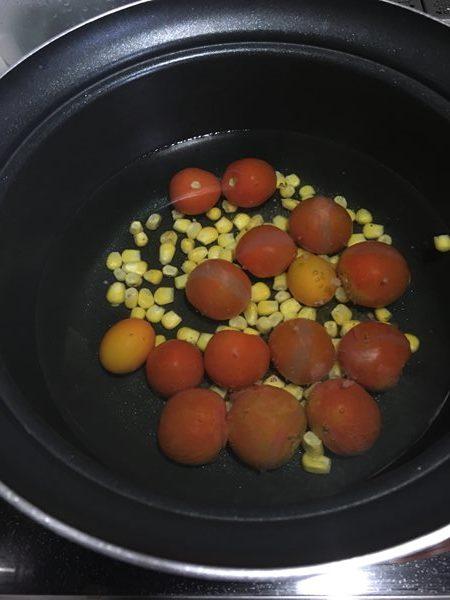 コーンとミニトマトを茹でている様子