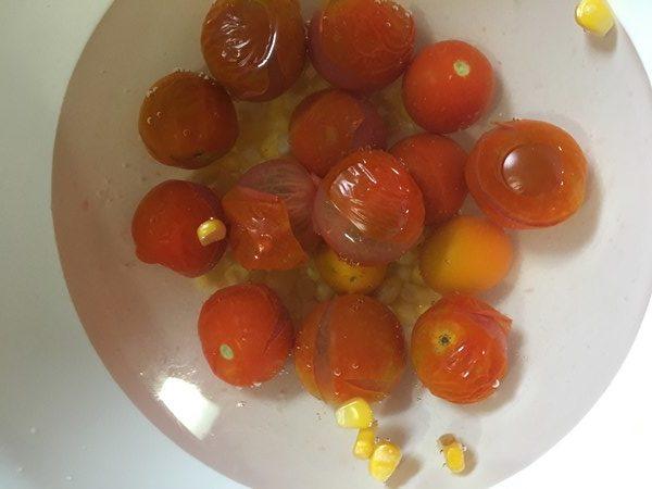 冷水に浸けているミニトマトとコーン