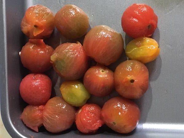 皮をむいたミニトマト