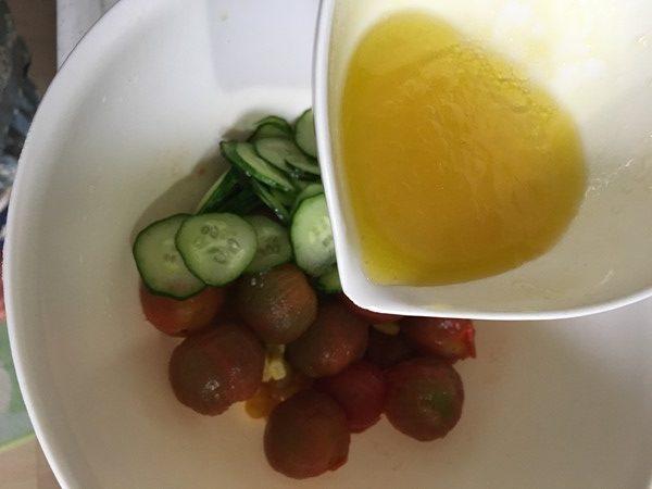 きゅうり・トマト・コーンにマリネ液をかける様子