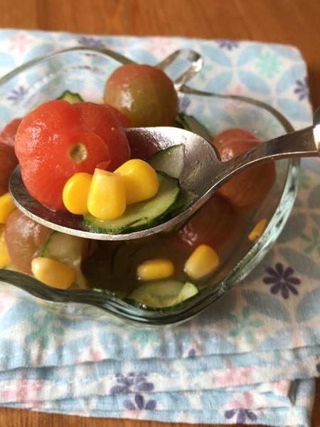 スプーンですくったミニトマトときゅうりのはちみつレモンマリネ
