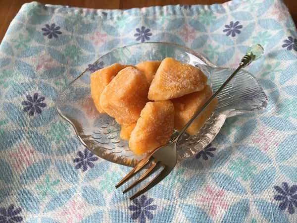 小皿に入れた業務スーパーの冷凍マンゴー