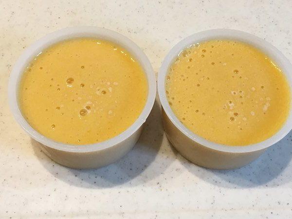 容器に入れたマンゴーかき氷の液