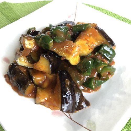 お皿に盛りつけた業務スーパー麻婆豆腐の素を使った麻婆茄子