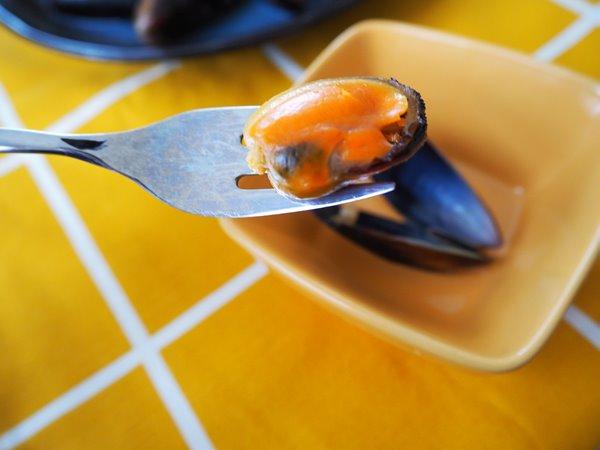 フォークでさした業務スーパームール貝の身