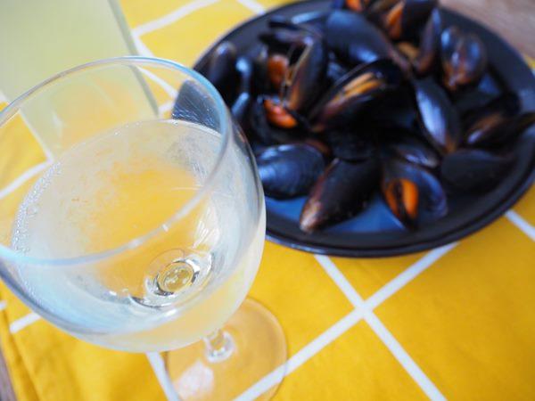 白ワインと業務スーパーのムール貝