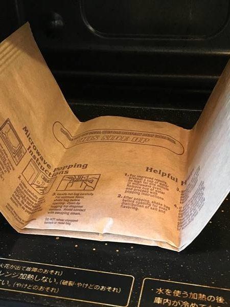 電子レンジに入れた業務スーパーのポップコーン紙パック