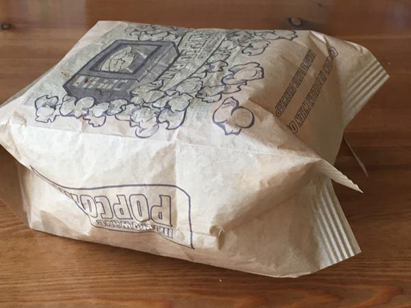 パンパンに膨らんだ業務スーパーのポップコーン紙パック