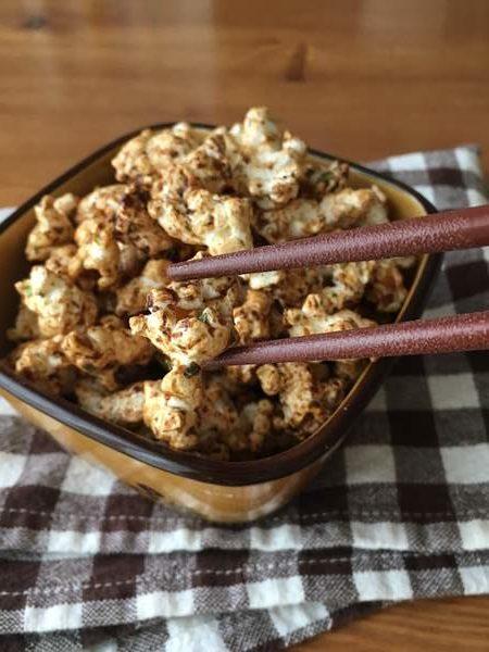 箸でつまんだ完成した焼きそば味のポップコーン
