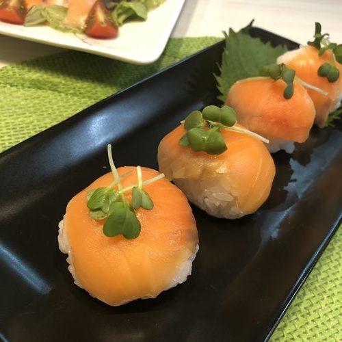お皿に盛りつけた業務スーパーのスモークサーモンを使った手毬寿司