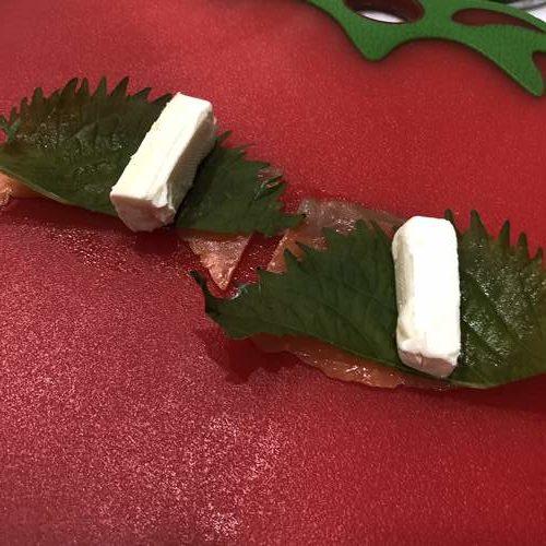 業務スーパーのスモークサーモンに大葉とクリームチーズをのせたところ