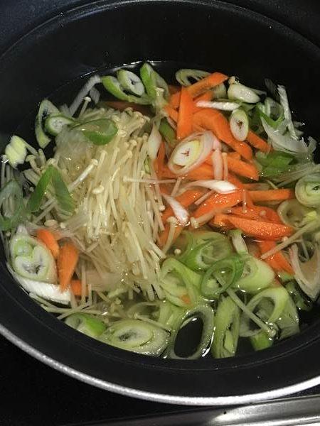 鍋でコーン粒以外の材料を煮る様子