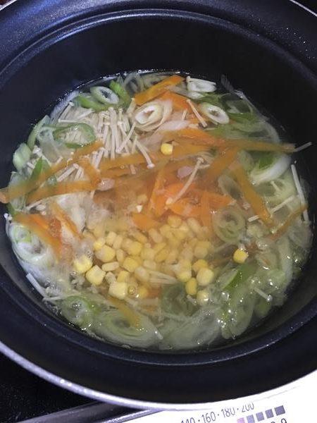 卵以外の中華スープの材料を全て鍋に入れて煮る様子