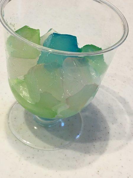 グラスに入れたかき氷シロップに漬けた業務スーパーのわらび餅