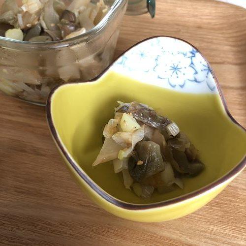 小鉢に入れた白ネギとザーサイのごま油炒め