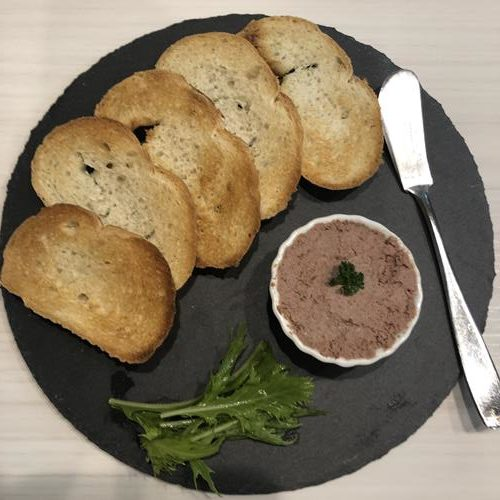 綺麗に煮りつけたバゲットと業務スーパーのイベリコ豚のパテ