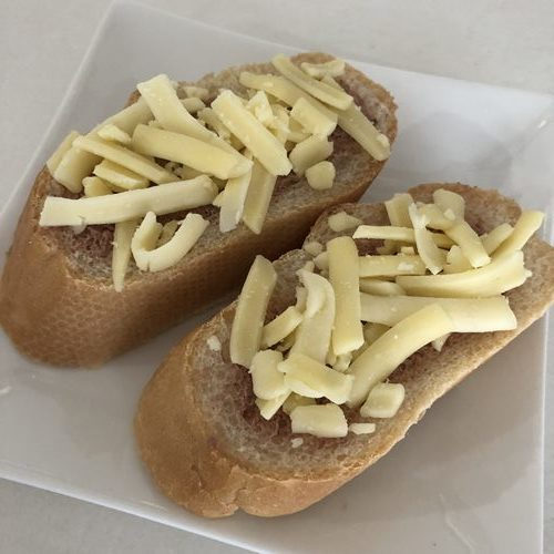 チーズと業務スーパーイベリコ豚のパテをのせたパン