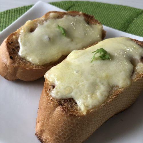 完成したイベリコ豚のパテを使ったチーズバゲット
